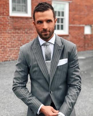 Cómo combinar: pañuelo de bolsillo blanco, corbata gris, camisa de vestir blanca, traje de rayas verticales gris
