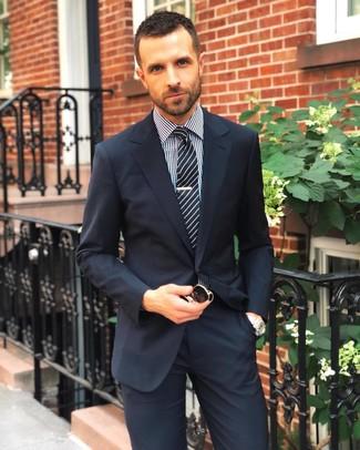 Combinar una camisa de vestir negra: Emparejar una camisa de vestir negra con un traje azul marino es una opción atractiva para una apariencia clásica y refinada.