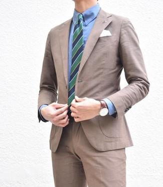 Combinar una camisa de vestir azul: Emparejar una camisa de vestir azul junto a un traje marrón es una opción buena para una apariencia clásica y refinada.