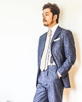 Cómo combinar: pañuelo de bolsillo blanco, corbata de rayas verticales en beige, camisa de vestir blanca, traje azul marino