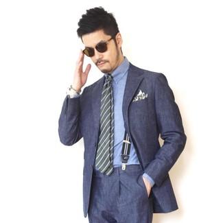 Cómo combinar: pañuelo de bolsillo estampado verde oliva, corbata de rayas horizontales verde oliva, camisa de vestir de cambray azul, traje azul marino
