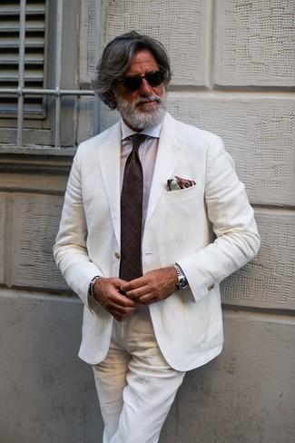 Cómo combinar: pañuelo de bolsillo estampado marrón, corbata en marrón oscuro, camisa de vestir blanca, traje de lino blanco