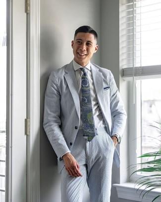 Cómo combinar: pañuelo de bolsillo blanco, corbata de paisley en azul marino y verde, camisa de vestir blanca, traje de seersucker de rayas verticales celeste