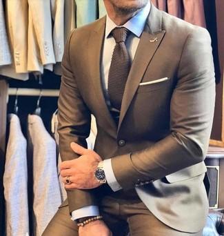 Combinar una corbata de punto marrón: Emparejar un traje marrón con una corbata de punto marrón es una opción buena para una apariencia clásica y refinada.