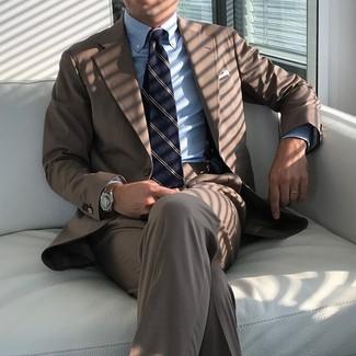 Cómo combinar: pañuelo de bolsillo blanco, corbata de rayas verticales azul marino, camisa de vestir de rayas verticales celeste, traje marrón