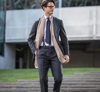 Cómo combinar: pañuelo de bolsillo azul marino, corbata estampada azul marino, camisa de vestir blanca, traje en gris oscuro