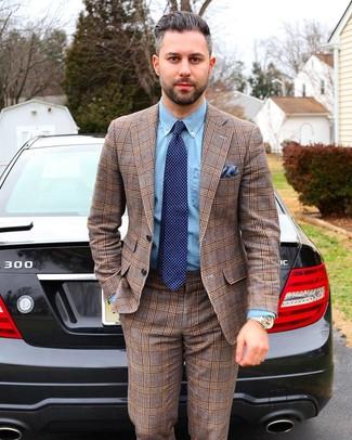 Cómo combinar: pañuelo de bolsillo azul, corbata a lunares azul marino, camisa de vestir de cambray celeste, traje de tartán marrón