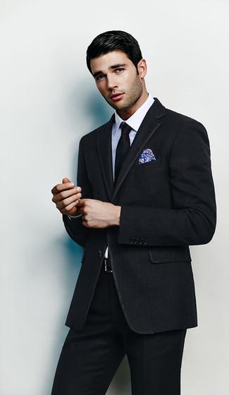 Cómo combinar: pañuelo de bolsillo estampado azul, corbata negra, camisa de vestir blanca, traje negro