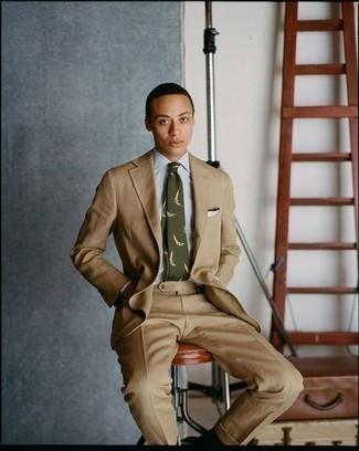 Combinar una corbata estampada verde oliva: Elige un traje marrón claro y una corbata estampada verde oliva para una apariencia clásica y elegante.