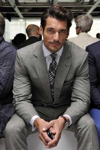 Cómo combinar: pañuelo de bolsillo en gris oscuro, corbata de tartán en gris oscuro, camisa de vestir blanca, traje gris