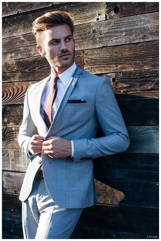 Cómo combinar: pañuelo de bolsillo a lunares en azul marino y blanco, corbata marrón, camisa de vestir blanca, traje gris