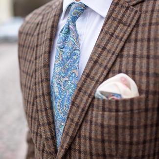 Cómo combinar: pañuelo de bolsillo estampado en beige, corbata de paisley celeste, camisa de vestir blanca, blazer de lana a cuadros marrón