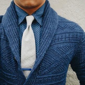 Combinar una corbata de lana gris: Casa un cárdigan con cuello chal azul marino con una corbata de lana gris para una apariencia clásica y elegante.