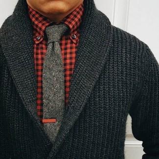 Combinar una corbata de punto gris: Usa un cárdigan con cuello chal negro y una corbata de punto gris para una apariencia clásica y elegante.