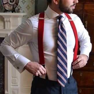 Cómo combinar: tirantes rojos, corbata de rayas verticales en blanco y rojo y azul marino, pantalón de vestir negro, camisa de vestir blanca