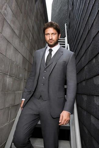 Cómo combinar: pañuelo de bolsillo gris, corbata en gris oscuro, camisa de vestir blanca, traje de tres piezas gris