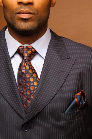 Cómo combinar: pañuelo de bolsillo azul marino, corbata estampada en gris oscuro, camisa de vestir blanca, traje de rayas verticales en gris oscuro