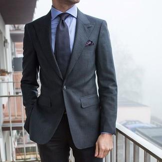 Cómo combinar: pañuelo de bolsillo de paisley en gris oscuro, corbata estampada en gris oscuro, camisa de vestir celeste, traje de rayas verticales en gris oscuro