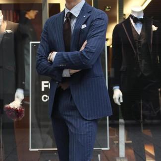 Cómo combinar: pañuelo de bolsillo blanco, corbata en marrón oscuro, camisa de vestir de rayas verticales blanca, traje de rayas verticales azul marino