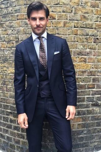 Cómo combinar: pañuelo de bolsillo blanco, corbata a lunares en marrón oscuro, camisa de vestir blanca, traje de tres piezas azul marino