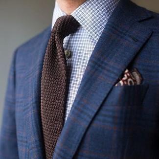 Cómo combinar: pañuelo de bolsillo estampado burdeos, corbata de punto en marrón oscuro, camisa de vestir a cuadros celeste, blazer de lana de tartán azul marino