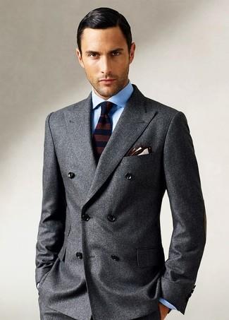 Cómo combinar: pañuelo de bolsillo en beige, corbata de lana de rayas horizontales en marrón oscuro, camisa de vestir celeste, blazer cruzado de lana en gris oscuro