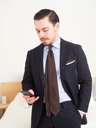 Cómo combinar: pañuelo de bolsillo blanco, corbata en marrón oscuro, camisa de vestir celeste, traje de rayas verticales negro