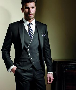 Combinar un traje de tres piezas negro: Emparejar un traje de tres piezas negro junto a una camisa de vestir blanca es una opción estupenda para una apariencia clásica y refinada.
