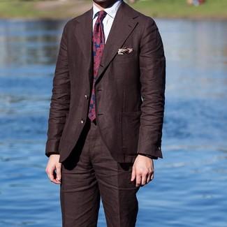 Cómo combinar: pañuelo de bolsillo estampado en beige, corbata estampada en rojo y azul marino, camisa de vestir blanca, traje en marrón oscuro