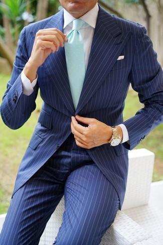 Cómo combinar: reloj dorado, corbata en verde menta, camisa de vestir blanca, traje de rayas verticales azul marino