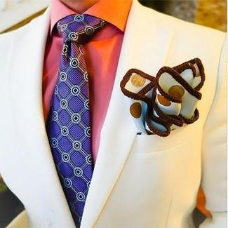 Cómo combinar: pañuelo de bolsillo a lunares blanco, corbata estampada en violeta, camisa de vestir naranja, blazer en beige