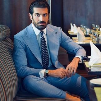 Cómo combinar: corbata estampada azul marino, camisa de vestir blanca, traje de rayas verticales celeste