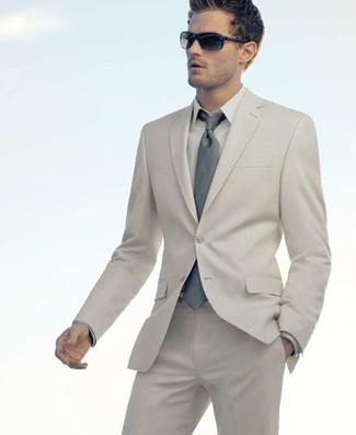 Cómo combinar: corbata gris, camisa de vestir en beige, traje en beige