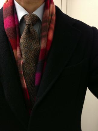 Cómo combinar: bufanda de tartán roja, corbata de punto marrón, camisa de vestir blanca, abrigo largo negro