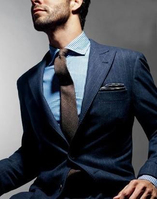 Cómo combinar: pañuelo de bolsillo en gris oscuro, corbata de lana de tartán marrón, camisa de vestir en blanco y azul, blazer de rayas verticales azul marino