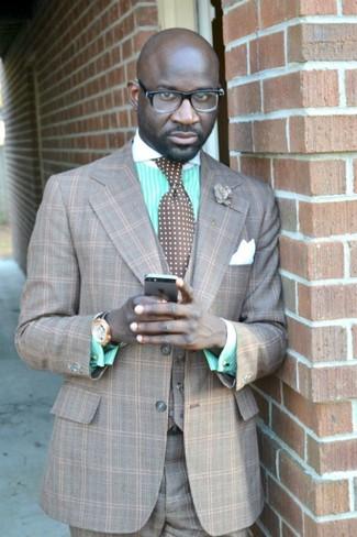 Cómo combinar: pañuelo de bolsillo de seda blanco, corbata a lunares marrón, camisa de vestir de rayas verticales en verde menta, traje de tres piezas de tartán gris
