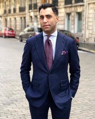 Cómo combinar: pañuelo de bolsillo morado, corbata estampada morado, camisa de vestir de rayas verticales blanca, traje de rayas verticales azul marino