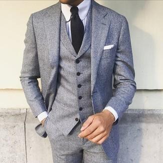 Cómo combinar: pañuelo de bolsillo blanco, corbata negra, camisa de vestir blanca, traje de tres piezas gris
