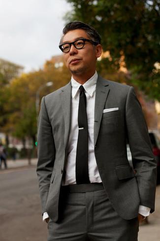 Cómo combinar: pañuelo de bolsillo blanco, corbata negra, camisa de vestir blanca, traje en gris oscuro