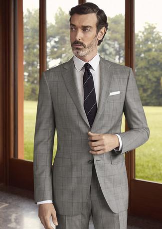 Cómo combinar: pañuelo de bolsillo blanco, corbata de rayas horizontales negra, camisa de vestir blanca, traje a cuadros gris