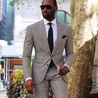 Combinar un traje a cuadros marrón: Elige un traje a cuadros marrón y una camisa de vestir blanca para un perfil clásico y refinado.