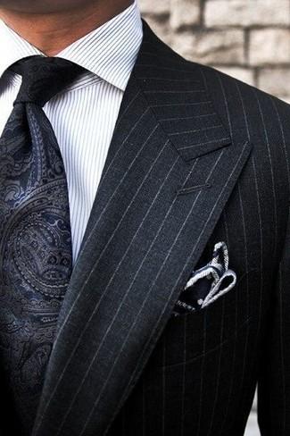 Cómo combinar: pañuelo de bolsillo a lunares en negro y blanco, corbata de paisley negra, camisa de vestir de rayas verticales blanca, traje de rayas verticales negro
