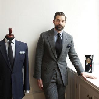 Cómo combinar: pañuelo de bolsillo azul marino, corbata negra, camisa de vestir celeste, traje de lana gris