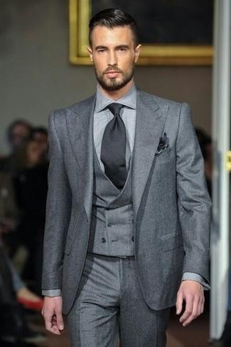 Cómo combinar: pañuelo de bolsillo negro, corbata negra, pantalón de vestir gris, traje de tres piezas gris