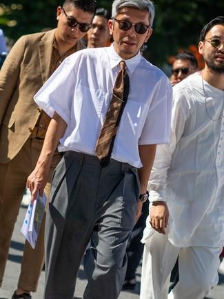 Cómo combinar: gafas de sol en marrón oscuro, corbata de rayas horizontales marrón, pantalón de vestir gris, camisa de manga corta blanca