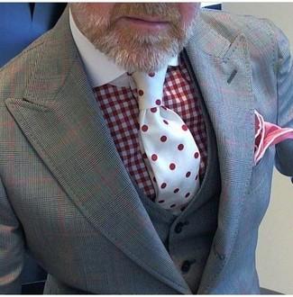 Combinar una corbata a lunares roja: Intenta ponerse un traje de tres piezas a cuadros gris y una corbata a lunares roja para un perfil clásico y refinado.