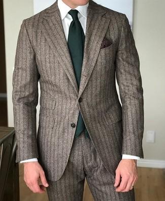 Cómo combinar: pañuelo de bolsillo estampado en marrón oscuro, corbata verde oscuro, camisa de vestir blanca, traje de rayas verticales marrón