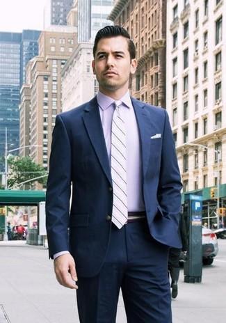 Cómo combinar: pañuelo de bolsillo a lunares blanco, corbata de rayas horizontales violeta claro, camisa de vestir violeta claro, traje azul marino