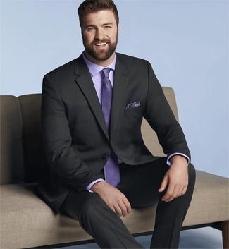 Combinar una camisa de vestir violeta claro: Utiliza una camisa de vestir violeta claro y un traje negro para rebosar clase y sofisticación.
