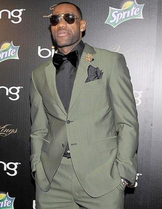 Cómo combinar: pañuelo de bolsillo en gris oscuro, corbatín de terciopelo negro, camisa de vestir en gris oscuro, traje verde oliva